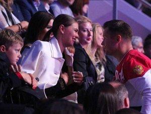 Алина Кабаева пришла на спортивное шоу с сыном?